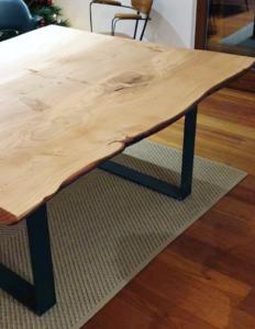 Tavolo con piedi in ferro